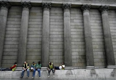 Construction workers sit amongst the columns of the Bank of England in central London July 23, 2008. REUTERS/Andrew Winning