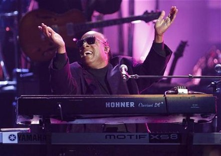 Stevie Wonder performs during a tribute to Dick Clark at the 40th American Music Awards in Los Angeles, California, November 18, 2012. REUTE