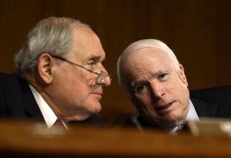 U.S. Senate Armed Services Committee Chairman Carl Levin (L)(D-MI) and Ranking Republican John McCain (R-AZ) confer during the confirmation