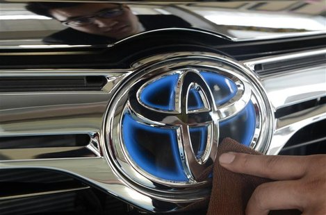 A worker cleans the logo of a Toyota car at dealership store in Taiyuan October 11, 2012. REUTERS/Jon Woo
