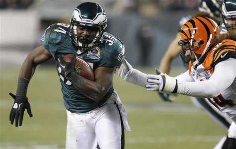 Philadelphia Eagles Bryce Brown (34) avoids a tackle from the Cincinnati Bengals Domata Peko (R) during the second quarter of their NFL foot