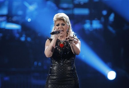 Kelly Clarkson performs a medley of songs at the 40th American Music Awards in Los Angeles, California, November 18, 2012. REUTERS/Danny Mol