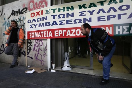 Employees of the Athens-Piraeus Electric Railway block the entrance of the company headquarters in Athens December 19, 2012. Greek public se