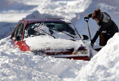 Car stranded in snowstorm (Reuters)