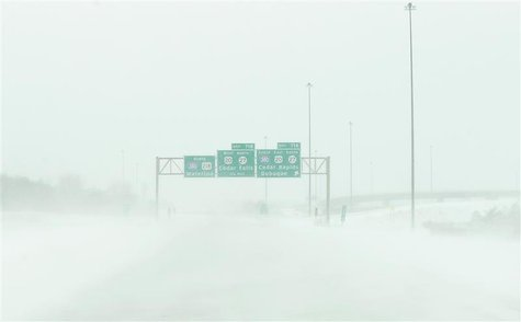Snow blows across US Highway 218 as near whiteout conditions begin in Waterloo, Iowa, December 20, 2012. REUTERS/Matthew Putney/The Waterloo