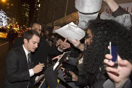 "Actor Elijah Wood signs autographs for fans at the premiere of the film ""The Hobbit: An Unexpected Journey"" in New York December 6, 2012. RE"
