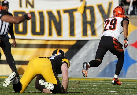 Pittsburgh Steelers Heath Miller watches as Cincinnati Bengals Leon Hall runs an intercepted ball back for a touchdown in the first quarter