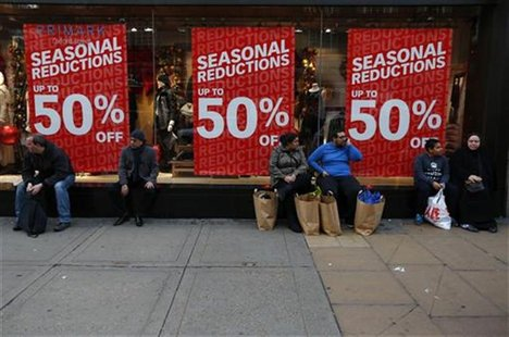 Shoppers rest outside a clothing shop during the Boxing Day sales on Oxford Street in central London, December 26, 2012. REUTERS/Andrew Winn