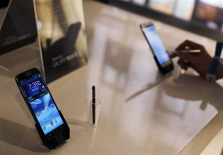 People use the Galaxy Note II after a news conference announcing Samsung's update to its phone-tablet hybrid in New York in this October 24,