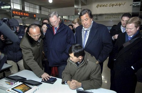 Former New Mexico Governor Bill Richardson (centre R) and Google Executive Chairman Eric Schmidt (centre L) visit the Korean Computer Center