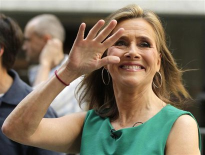 TV personality Meredith Vieira waves to fans in New York, June 8, 2011. REUTERS/Brendan McDermid