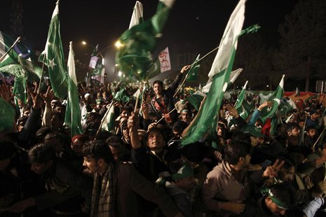 Supporters of Muhammad Tahirul Qadri, leader of Mihaj-ul-Quran wave Pakistani flags during a protest in Islamabad January 14, 2013.Thousands