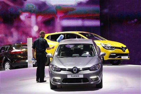 A worker cleans a Renault car at the European Motor Show in Brussels January 10, 2013. REUTERS/Francois Lenoir