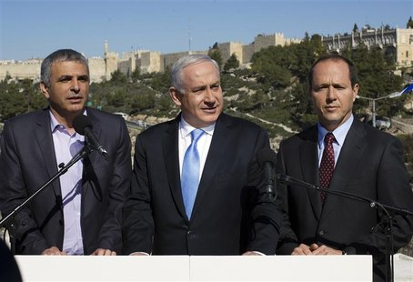 Israel's Prime Minister Benjamin Netanyahu (C) stands with Jerusalem Mayor Nir Barkat (R) and Communications Minister Moshe Kahlon outside t