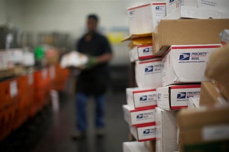 United States Postal Service mail clerks sort packages at the Lincoln Park carriers annex in Chicago, November 29, 2012. REUTERS/John Gress