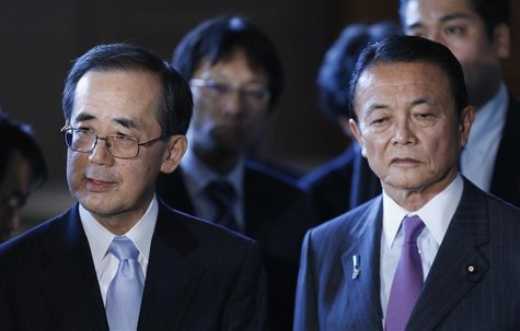 Bank of Japan Governor Masaaki Shirakawa (L) and Finance Minister Taro Aso attend a joint news conference with Economics Minister Akira Amar