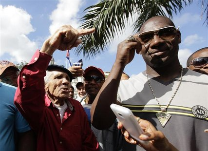 Cuban pitcher Jose Contreras (R) meets fans in Havana January 29, 2013. A decade after he defected to the United States to play Major League