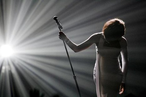 Whitney Houston bows after performing at the 2009 American Music Awards in Los Angeles, November 22, 2009. REUTERS/Mario Anzuoni