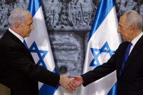 Israeli Prime Minister Benjamin Netanyahu (L) and Israeli President Shimon Peres shake hands at the conclusion of a brief ceremony at the pr