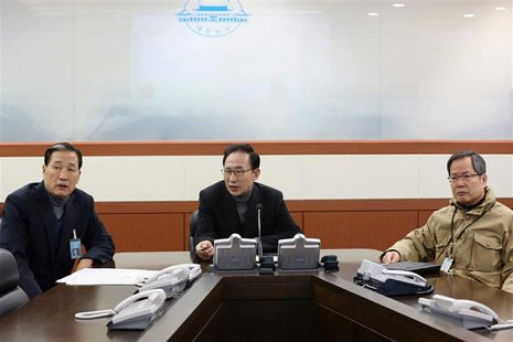 South Korea's President Lee Myung-bak (C) talks with officials at an underground bunker, which is the national crisis management center at t