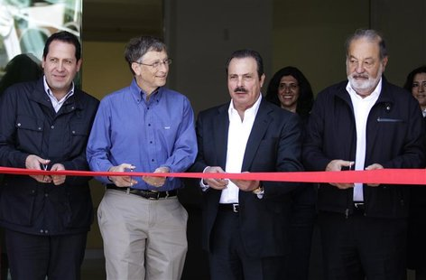 Mexican businessman Carlos Slim (R), Microsoft founder and philanthropist Bill Gates (2nd L), Governor of the State of Mexico Eruviel Avila