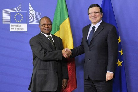 Mali's Prime Minister Diango Cissoko (L) shakes hands with EU Commission President Jose Manuel Barroso in Brussels February 18, 2013. REUTER
