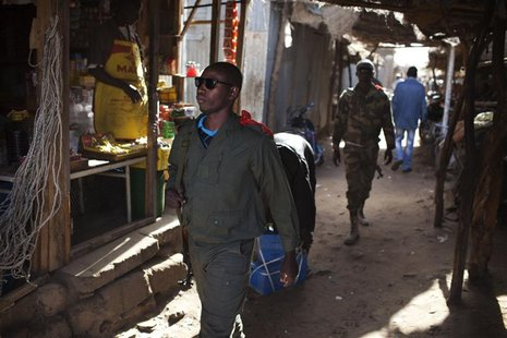 Malian soldiers patrol the main market in Gao February 20, 2013. REUTERS/Joe Penney (MALI - Tags: SOCIETY MILITARY CIVIL UNREST)