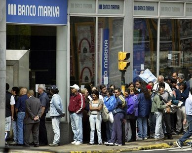 People line up outside a Banco Mariva branch to buy U.S. dollars in the financial district of Buenos Aires, November 15, 2002. REUTERS/Enriq