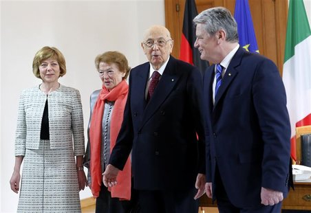 Italy's President Giorgio Napolitano (2nd R) talks to his German counterpart Joachim Gauck (R) as his wife Clio Bittoni and Gauck's partner
