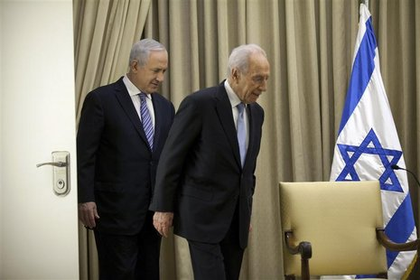 Israeli President Shimon Peres (R) walks with Israeli Prime Minister Benjamin Netanyahu before a brief ceremony at the president's residence