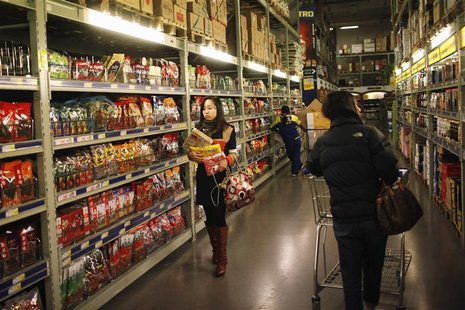 Customers shop at a supermarket in Shanghai March 8, 2013. China's annual consumer inflation quickened to 3.2 percent in February from Janua