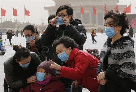Tourists wearing masks visit Tiananmen Square in Beijing March 9, 2013. Beijing's air quality deteriorated again as a sandstorm and thick sm