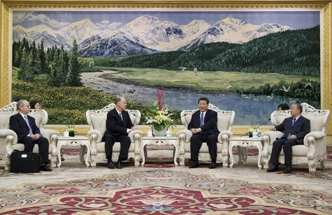 U.S. National Security Advisor Tom Donilon (center L) talks with China's Vice President Xi Jinping (center R) during a meeting at the Great