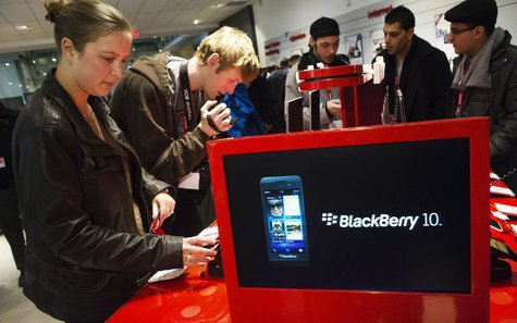 People view the new Blackberry Z10 device at a Rogers store in Toronto February 5, 2013. REUTERS/Mark Blinch