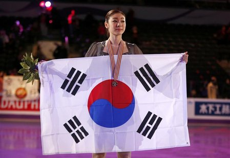 Kim Yuna of Korea poses with her gold medal and the South Korean flag after the ladies free skating at the ISU World Figure Skating Champion