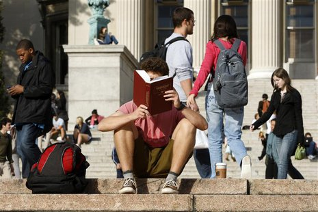 A student reads on the campus of Columbia University in New York, October 5, 2009. REUTERS/Mike Segar (UNITED STATES) - RTXPCFN