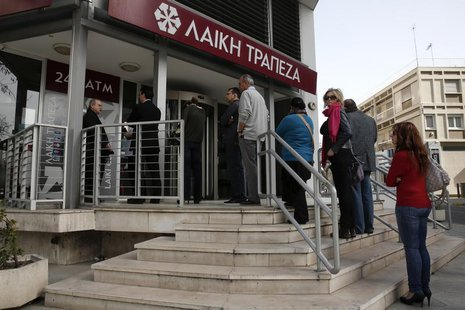 People queue up to make a transaction at an ATM outside a branch of Laiki Bank in Nicosia March 21, 2013. REUTERS/Yorgos Karahalis