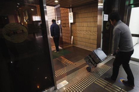 An employee of the Korean Broadcasting System (KBS) transports computers on a trolley at KBS' main building in Seoul March 21, 2013. REUTERS