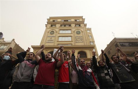 Muslim Brotherhood supporters chant pro-Mursi slogans in front of the Brotherhood's main headquarters in Cairo March 22, 2013. REUTERS/Moham