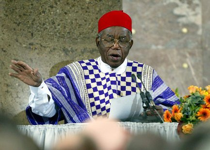 File photo of Nigerian author Chinua Achebe making a speech of thanks during an award ceremony in Frankfurt's St.Paul's Church October 13, 2