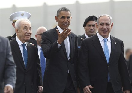 U.S. President Barack Obama (C) participates in a farewell ceremony with Israeli Prime Minister Benjamin Netanyahu (R) and President Shimon
