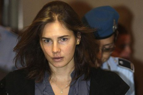 Amanda Knox (L), the U.S. student convicted of murdering her British flatmate Meredith Kercher in Italy in November 2007, arrives at the cou