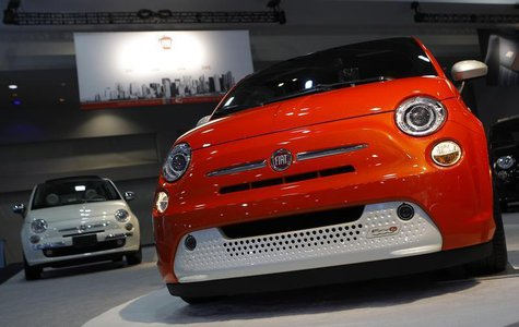 A pair of 2013 Fiat 500's are seen at the Washington Auto show February 6, 2013. REUTERS/Gary Cameron