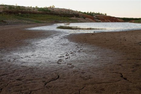 A view of the dry bed of the E.V. Spence Reservoir in Robert Lee, Texas October 28, 2011. REUTERS/Calle Richmond