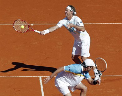 Argentina's David Nalbandian (rear) and Horacio Zeballos compete in their Davis Cup doubles quarter-final tennis match against France's Juli