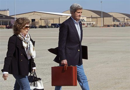 U.S. Secretary of State John Kerry and his wife Teresa Heinz Kerry board a second plane after their original aircraft had mechanical problem