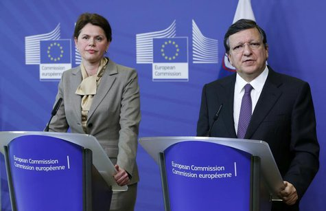 European Commission President Jose Manuel Barroso and Slovenian Prime Minister Alenka Bratusek (L) address a joint news conference at the EU