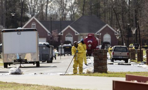 Emergency crews work to clean up an oil spill in front of evacuated homes on Starlite Road in Mayflower, Arkansas March 31, 2013. REUTERS/Ja