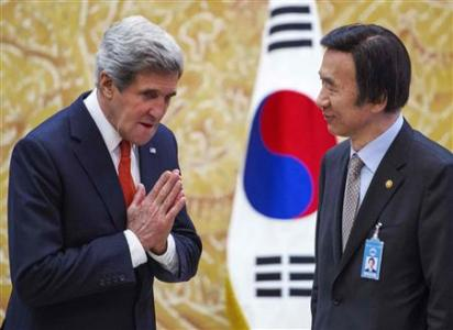 U.S. Secretary of State John Kerry (L) gestures to South Korea's Foreign Minister Yun Byung-se shortly before the arrival of South Korean's President Park Geun-hye at the presidential Blue House in Seoul April 12, 2013.  REUTERS/Paul J. Richards/Pool