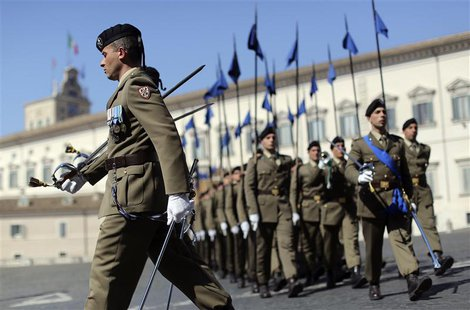 Italian soldiers march in front of Quirinale Palace, the headquarters of Italian President Giorgio Napolitano, in Rome April 17, 2013. REUTE